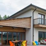 Drewniana elewacja – jak dopasować kolor do okien, drzwi i dachu?