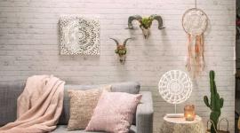 Swobodny, nonszalancki, naturalny: styl boho we wnętrzach. Dom, LIFESTYLE - Bogate wnętrza pełne miękkich materiałów, mebli z egzotycznego drewna i orientalnych, połyskujących wzorów, kolorowe pomieszczenia z równie barwnymi dodatkami oraz wzorzystymi makatkami – to wszystko doskonale wpisuje się w styl boho.