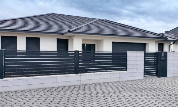 Piękno tkwi w prostocie - Nowoczesne Ogrodzenie Frontowe Malachit Dom, LIFESTYLE - Nowoczesna architektura lubi proste formy i oszczędność wyrazu. Tego typu budynki potrzebują jednak odpowiedniej oprawy - ogrodzenia, które wkomponuje się w ich stylistykę, podkreśli układ elewacji i nie przytłoczy nadmierną ozdobnością.